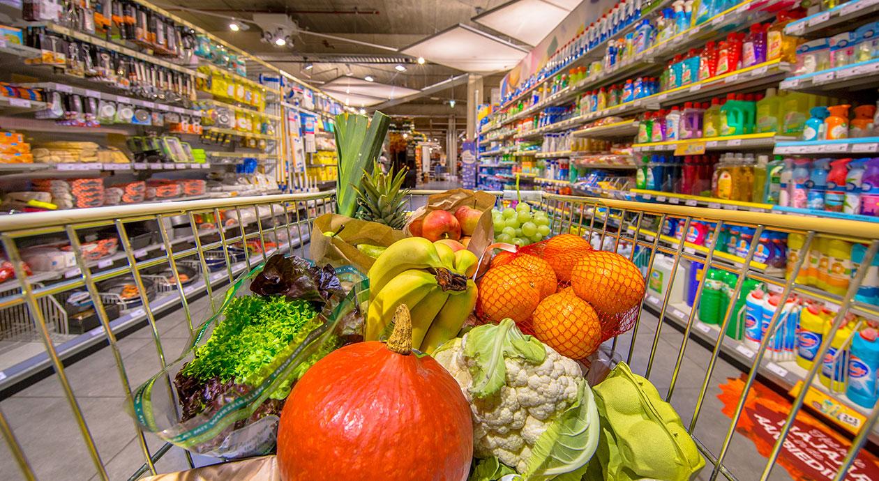 Winkelwagen met boodschappen in de supermarkt