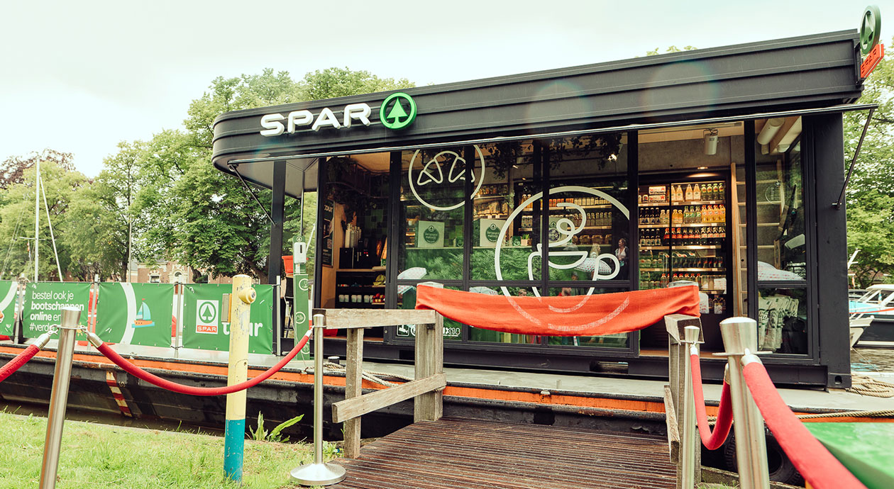 SPAR met varende 1-persoonswinkel on tour in Friesland